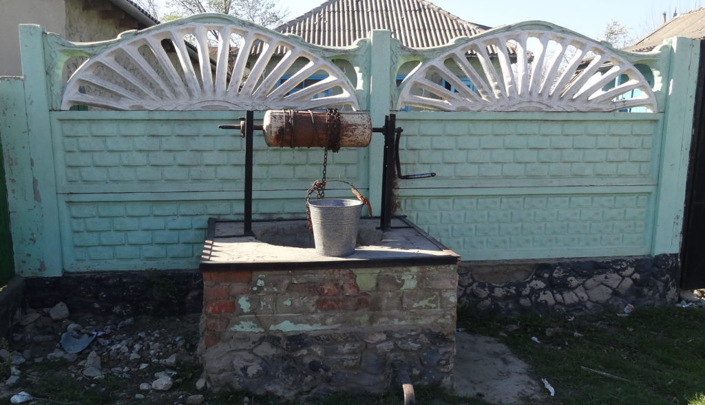 One of the many public wells in Rosu